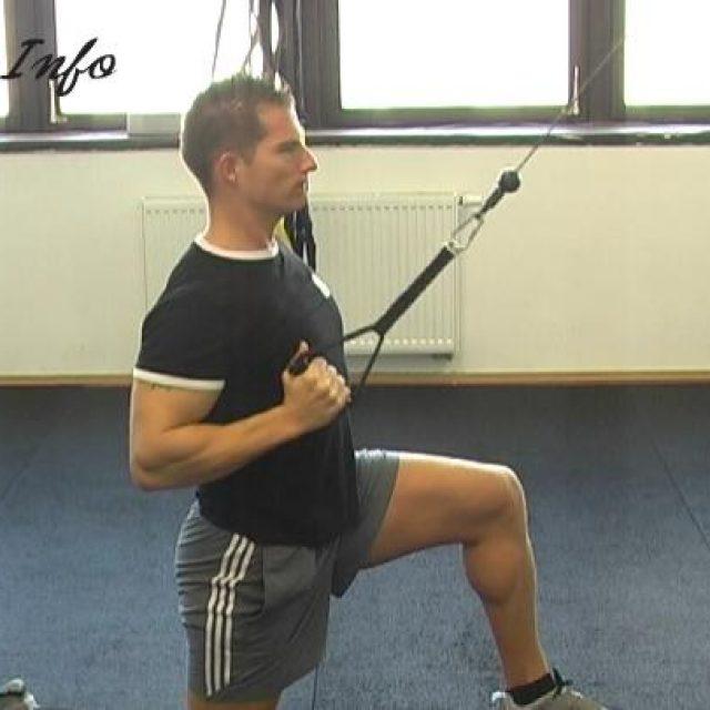 Enoročni priteg na prsi na kolenu